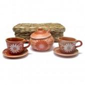 Xícaras de chá e açucareiro na caixa de taboa