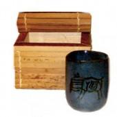 Copo de cerâmica na caixa de buriti