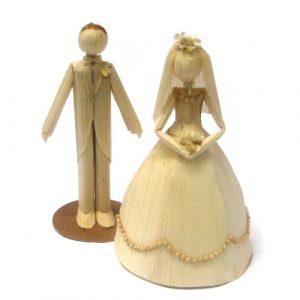 Casal de noivos de palha de milho