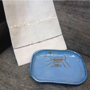 Toalha lavabo bordada bege – CE